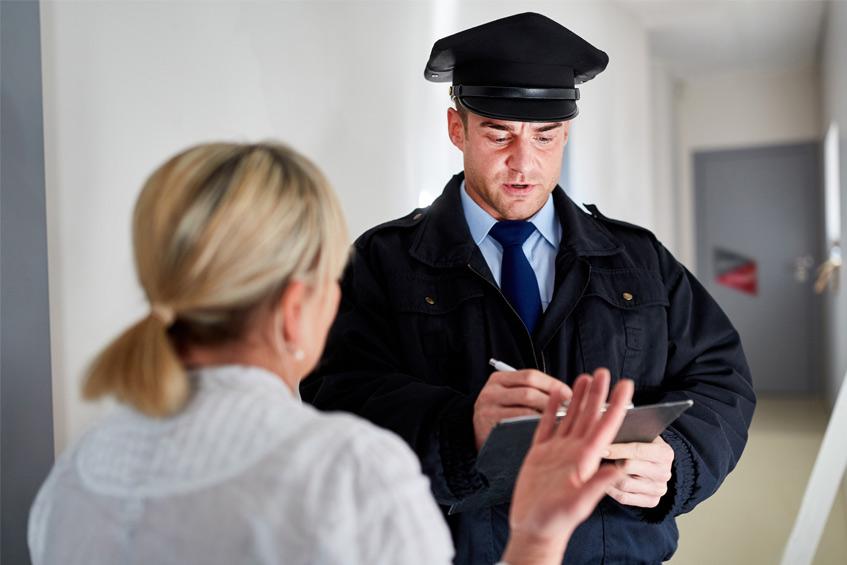 nő beszélget egy biztonságiőrrel