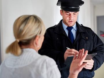 nő beszélget egy rendőrrel